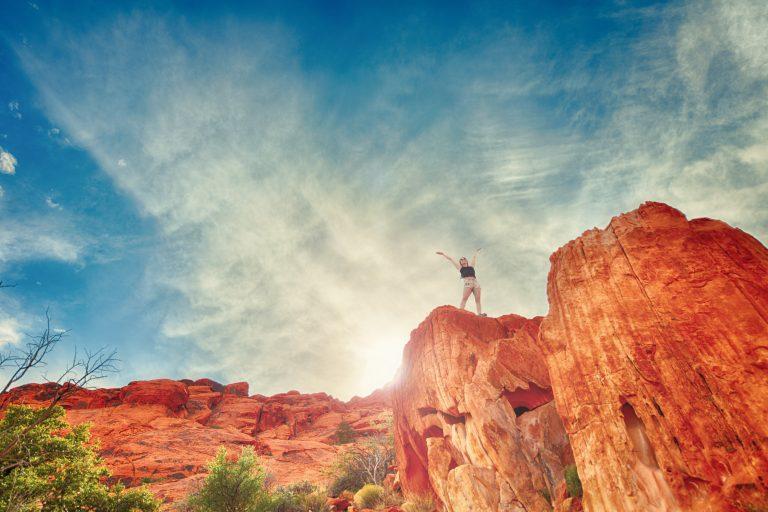 Vrouw op berg zelfvertrouwen bij adhd